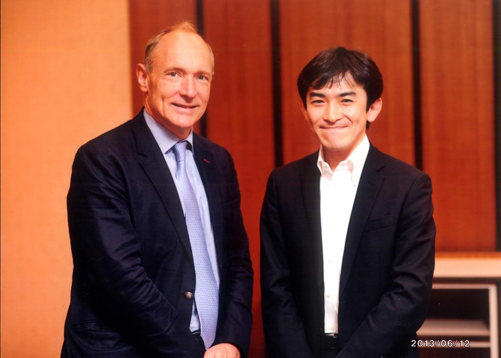 Tim Berners-Lee氏とのツーショット、2013年に撮影。