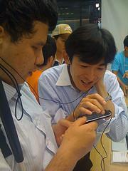 iPhone 3GSをDebugonさんと共に触るの図