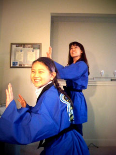 NASA音頭ハッピを着て、NASA音頭を踊る山崎直子宇宙飛行士と娘さんの優希ちゃん