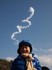 打上げ直後、たなびく噴射煙をバックに息子の笑顔