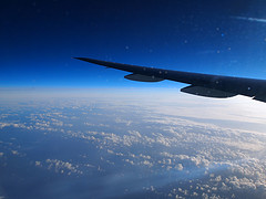JL66便の機内からの眺め。青のグラデーションが良い。