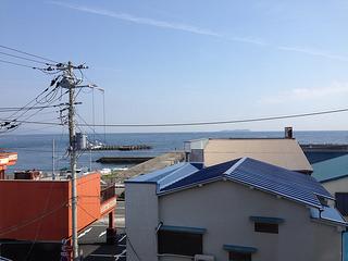 山喜旅館で宿泊した部屋より見える海