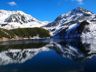 ミクリガ池の水面に映り込む山々