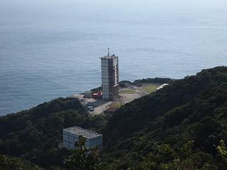 衛星(ほし)ヶ丘展望台から眺めるロケット整備塔