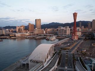 神戸メリケンパークオリエンタルホテルの泊まった部屋からの眺め。朝撮影、目と鼻の先に神戸ポートタワー。