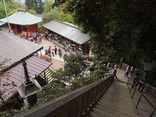 高尾山下山中のいち風景、階段で社から下りているところ。