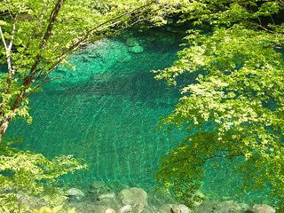 玄倉ダムの美しいエメラルドグリーンの水の色