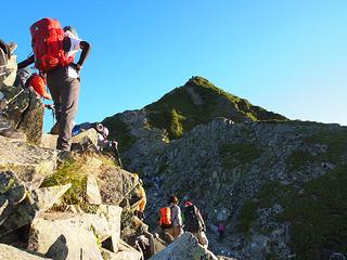 登山中、西穂高岳山頂を仰ぐ