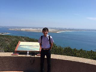 San Diego市街をバックに、Cabrillo National Monumentで撮影した記念写真
