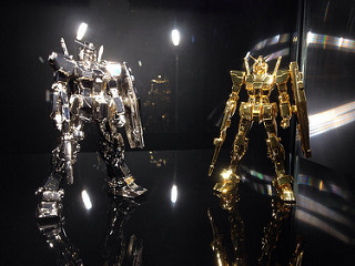 ガンダム展の展示物より、金とプラチナでできたガンダムの模型