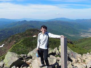 俎嵓で撮影していただいた記念写真。尾瀬ヶ原をバックに、中央に筆者。