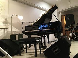 会場で小谷さんが演奏に使ったピアノを自席から撮影