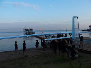 プラットフォームへ続く花道の入り口まで運ばれてきた日大の機体