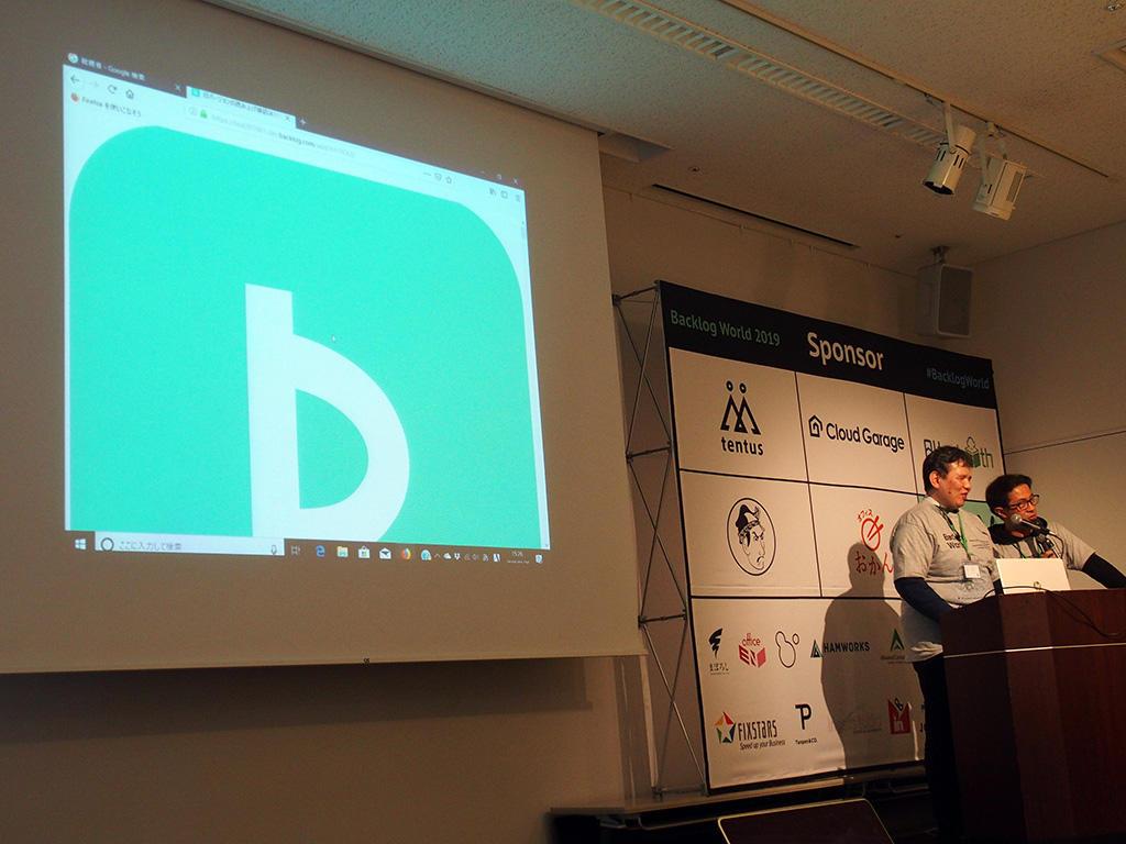 登壇中の植木さん(右)と辻さん(左)、スクリーンには制作者スタイルシートを無効化した状態のBacklogインターフェース画面