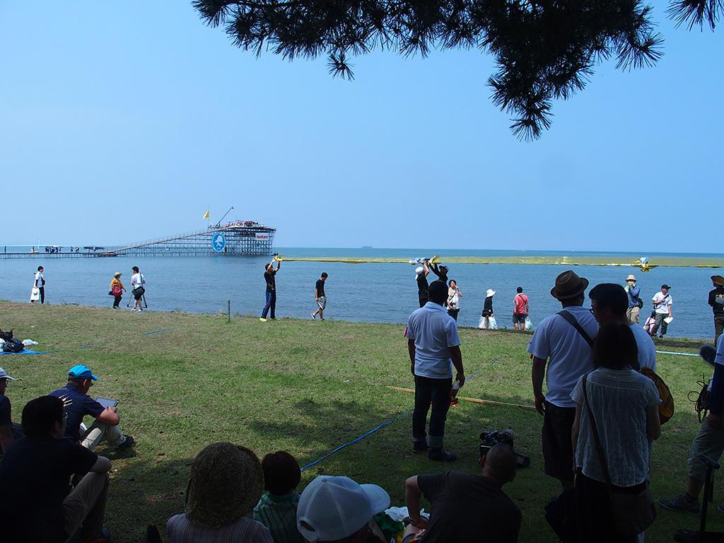 鳥人間コンテストのプラットフォームを松原水泳場の湖岸から眺める